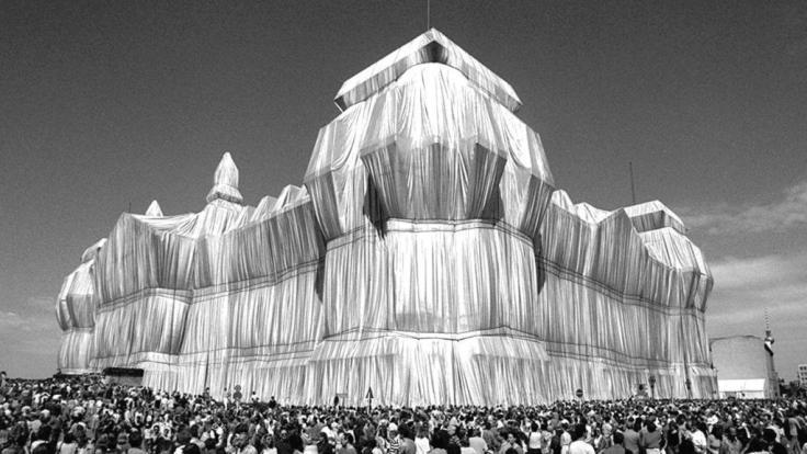 1995 verhüllte Cristo den Berliner Reichstag.