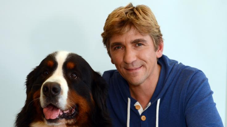 """Löwenzahn""""-Schauspieler Guido Hammesfahr mit SErienhund Keks. (Foto)"""
