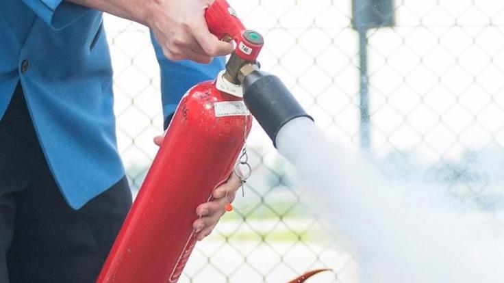 Dden Feuerlöscher sollte man mit einem Abstand von einem Meter auf das Feuer richten.