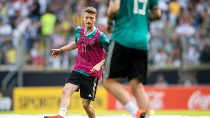 Nationalspieler und BVB-Star Marco Reus schoss sich im Training schon mal warm.