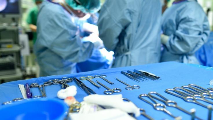 Wegen Komplikationen bei einer Po-Vergrößerung musste eine 29-jährige Frau sterben (Symbolbild).