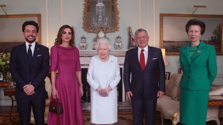Fans sorgen sich um die Queen: Was hat die lila Hand zu bedeuten? (Foto)