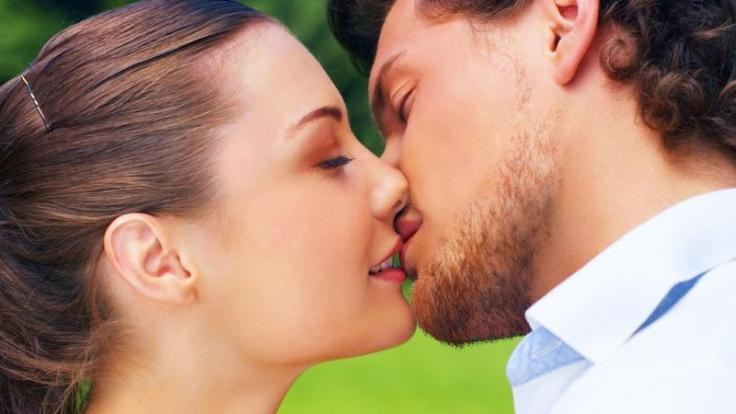 Küssen überträgt Pfeiffer'sches Drüsenfieber. (Foto)