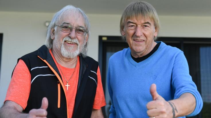 Die Brüder Bernd (r) und Karl-Heinz Ulrich stehen im Garten des Hauses von Bernd Ulrich. (Foto)