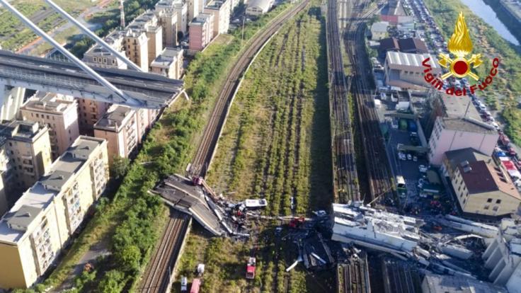 Das von der italienischen Feuerwehr Vigili Del Fuoco zur Verfügung gestellte Foto zeigt Rettungsarbeiten an der teilweise eingestürzte Morandi Autobahnbrücke. (Foto)