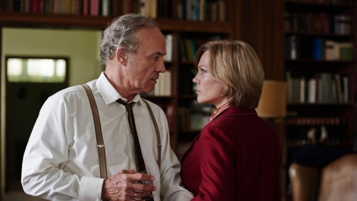 Georg von Striesow (Heiner Lauterbach) verbietet seiner Frau Rosemarie (Anna Loos), ihren Liebhaber noch einmal zu sehen. (Foto)