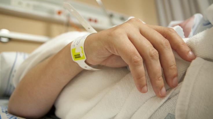 In einem Pflegeheim in Mecklenburg-Vorpommern soll ein Pfleger eine Wachkoma-Patientin missbraucht haben.