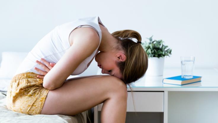 Unzählige Frauen beklagen starke Menstruationsbeschwerden nach einer Corona-Impfung. (Foto)