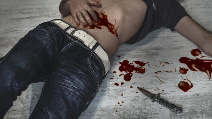 Eine Messer-Attacke hätte einen 17-Jährigen in Viernheim (Hessen) fast das Leben gekostet. (Symbolbild).