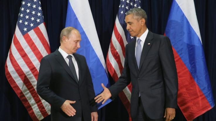 Putins rechter Arm wirkt auffällig steif - was steckt dahinter? (Foto)
