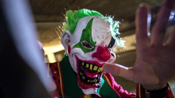 Ein als sogenannter Horror-Clown verkleideter Mann posiert in Berlin in einer Tiefgarage.