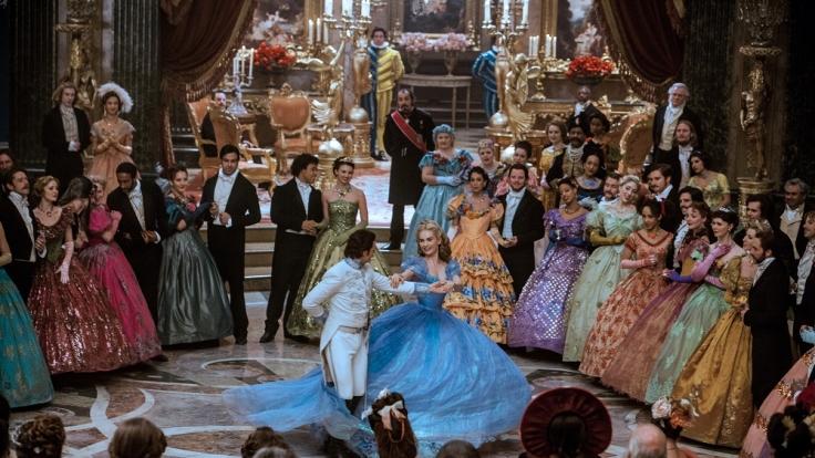 Auf dem großen Ball kommen sich Cinderella und der Prinz näher. (Foto)