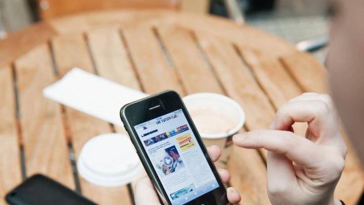 Beim Aufladen eines Smartphones kann man einiges falsch machen. (Foto)