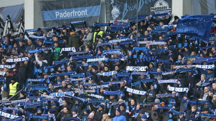 Die Fans vom SC Paderborn feuern ihr Team von der Tribüne aus an. (Symbolbild)