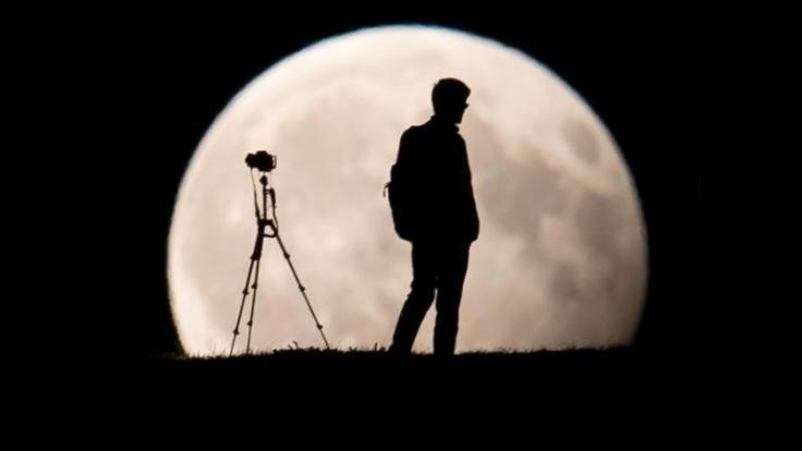 Für starke Fotos von der totalen Mondfinsternis brauchen Fotografen möglichst ein Teleobjektiv und ein Stativ. (Foto)