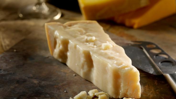 Parmesan ist unglaublich lecker, doch einige Menschen vertragen ihn nicht. Der Grund: Er enthält viel Histamin. (Foto)