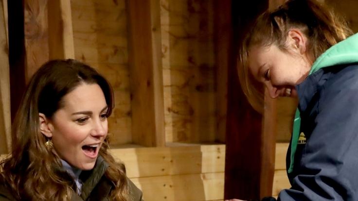 """Kate, Herzogin von Cambridge, besucht den Hof """"The Ark Open Farm"""" und bekommt eine Schlange gezeigt. (Foto)"""