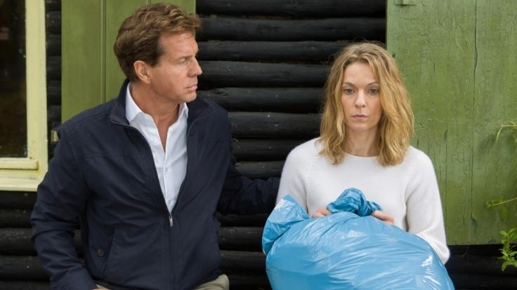 Rainer (Thomas Heinze) und Eva (Lisa Martinek) sind sich uneins darüber, was mit dem Lösegeld in der blauen Mülltüte geschehen soll. (Foto)