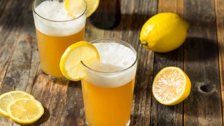 Gesundheitsgefahr für Radler-Fans! Wegen Glaspartikeln ruft eine Brauerei ihr Biermischgetränk zurück.