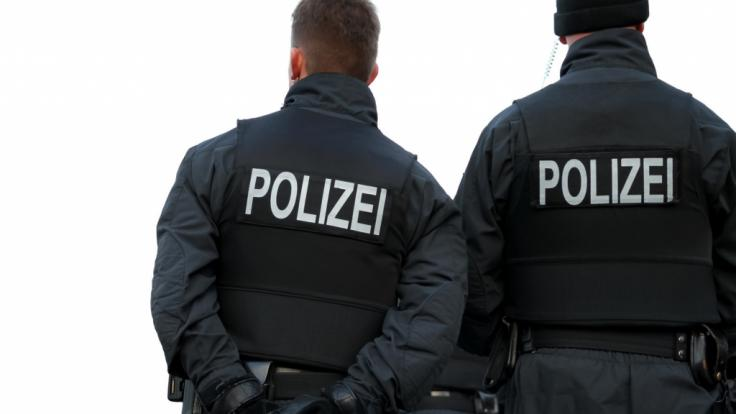 In Augsburg wurden zwei Polizisten bei einer Verkehrskontrolle verprügelt. (Symbolbild)