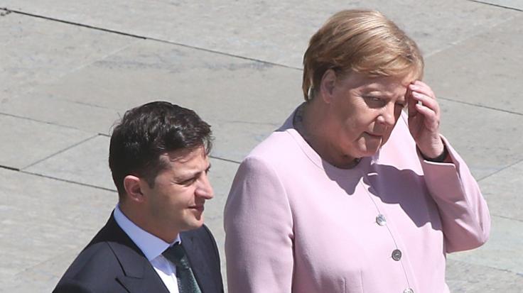 Angela Merkel am Dienstag mit Wolodymyr Selenski vor dem Kanzleramt. (Foto)