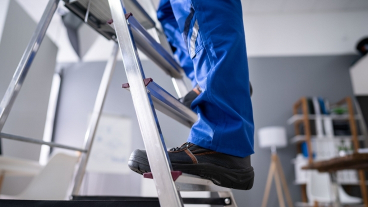 Ein Mann hat sich beim Handwerken eine Leiter in den Kopf gerammt. (Symbolfoto) (Foto)