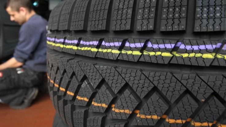 Jetzt sollten Autofahrer die Profiltiefe ihrer Winterreifen überprüfen.