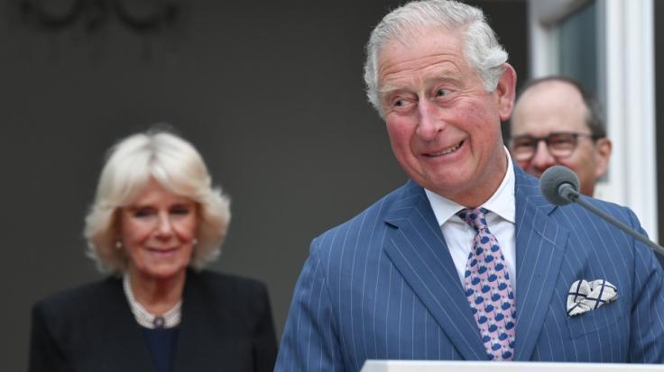Prinz Charles und Herzogin Camilla haben heimlich Nachwuchs bekommen - das jedenfalls behauptet der Australier Simon Dorante-Day, der der Sprössling des Royals-Paares sein soll.
