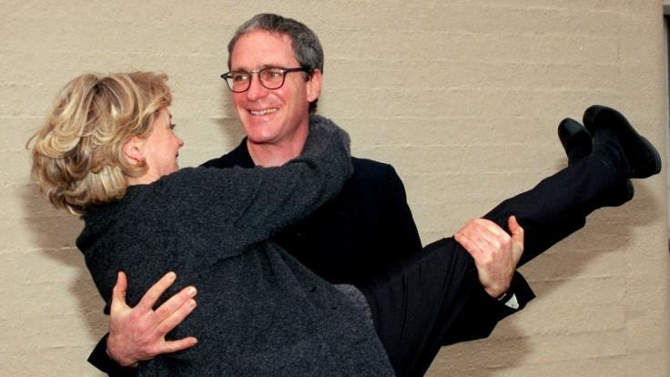 """August Zirner und seine Kollegin Gisela Schneeberger bei der Vorstellung des ZDF-Films """"Der Hahn ist tot"""" im Jahr 1999. (Foto)"""
