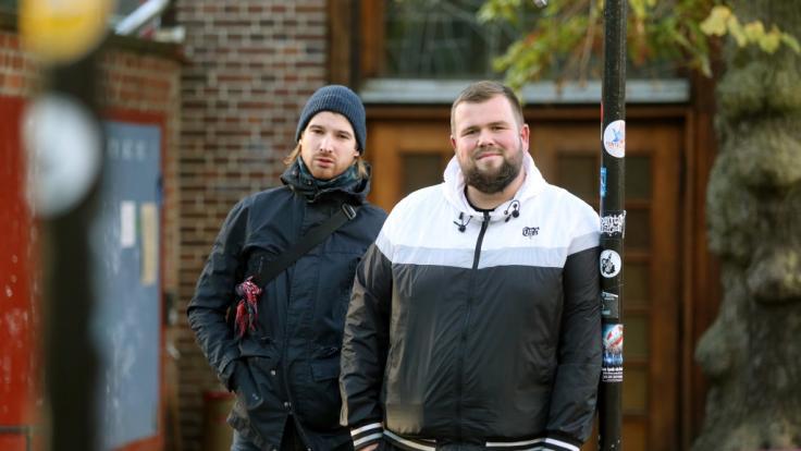 """Christoph Sell (l) von der Band """"Feine Sahne Fischfilet"""" hat sich bei einem Unfall verletzt. (Foto)"""