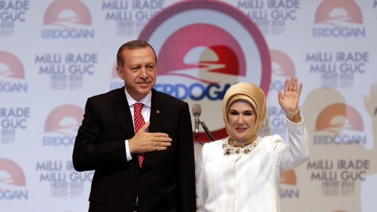 Recep Tayyip Erdogan mit seiner Frau Emine. Das Paar ist seit 1978 verheiratet. (Foto)
