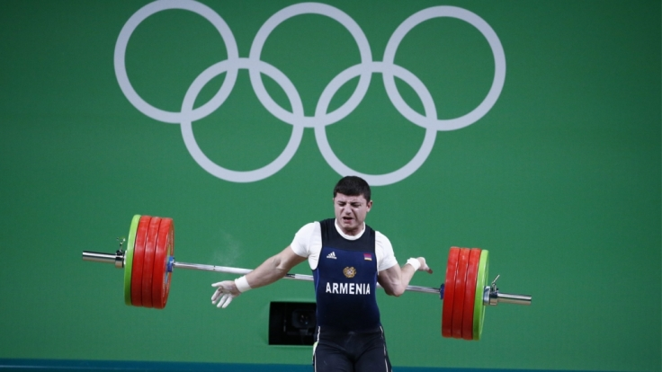 Schmerzhaft: Der linke Arm des Gewichthebers Andranik Karapetyan knickt einfach weg.