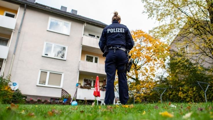 In diesem Mehrfamilienhaus in Detmold soll eine 15-Jährige ihren drei Jahre alten Halbbruder mit einem Messer getötet haben.