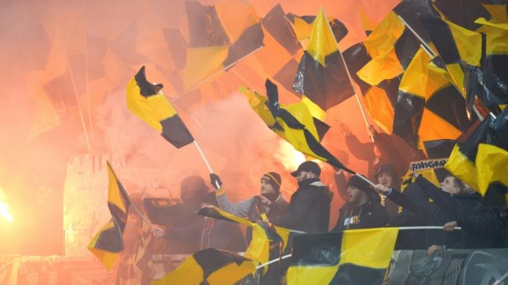 Leidenschaftlich fiebern die Fans von Dynamo Dresden mit ihrem Verein. (Symbolbild)
