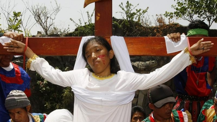 Osterritual auf den Philippinen: Die 19-jährige Maria Wendelyn Pedrosa lässt sich ans Kreuz nageln.