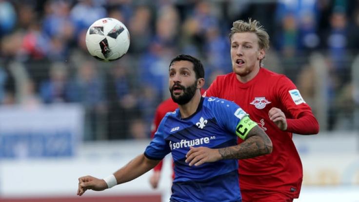 Der Darmstädter Aytac Sulu (l) im Zweikampf mit Emil Forsberg aus Leipzig. (Foto)