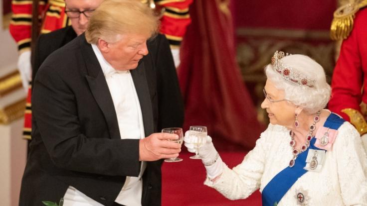 Hat Donald Trump das royale Protokoll gebrochen?