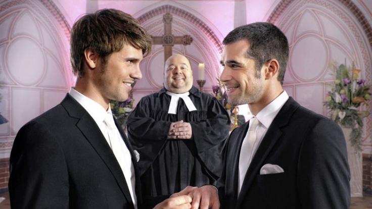 Von den Fans langersehnt: Die Hochzeit von Chrolli. Dirk Bach spielt den Pfarrer. (Foto)