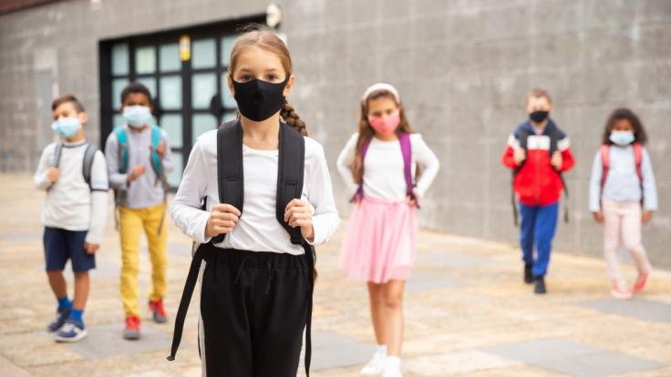 Um Schulschließungen zu vermeiden, schlagen Politiker:innen Unterricht im Freien. (Foto)
