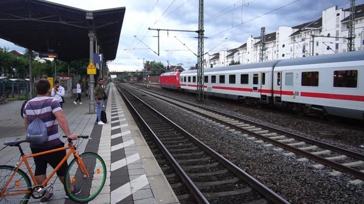 Der Bahnverkehr steht nach Unwettern in Deutschland.