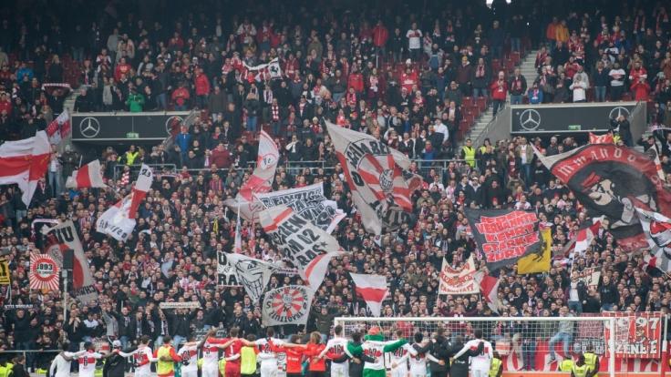 Begeistert bejubeln die Fans des VfB Stuttgart ihr Team. (Symbolbild)