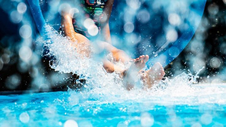 Ein Schwimmbad-Besuch wurde zum Albtraum. (Foto)