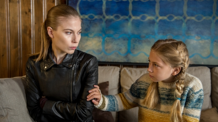 Hannah Zeiler (Nora von Waldstätten) stößt auf die kleine Noemi Rademann (Nara Knöpfle). (Foto)