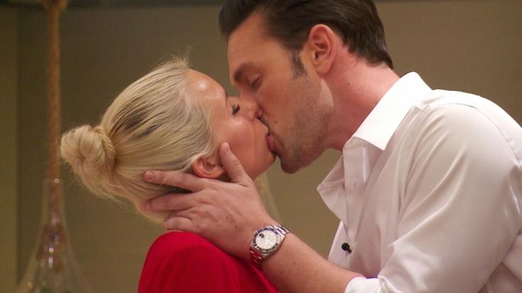 Heiße Zungenspiele: Bachelor Daniel geht mit Kandidatin Carina auf Tuchfühlung. (Foto)