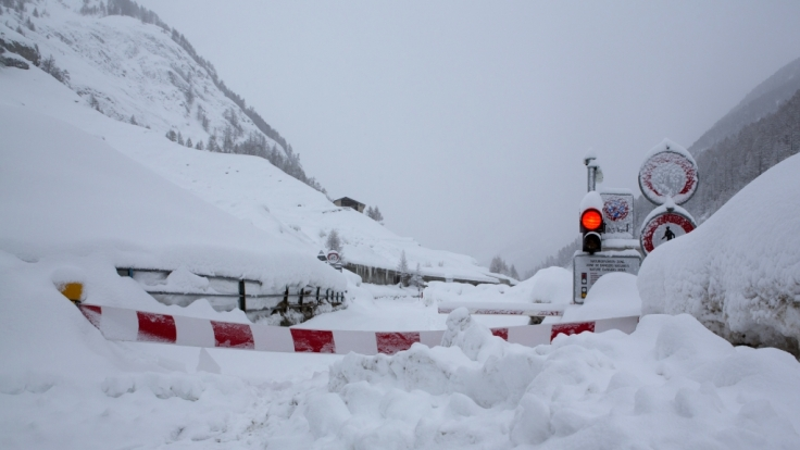 Die Straße von Täsch nach Zermatt (Schweiz) ist wegen Lawinengefahr gesperrt. Der Wintersportort Zermatt in der Schweiz ist nach ergiebigen Schneefällen erneut nur noch aus der Luft erreichbar. (Foto)
