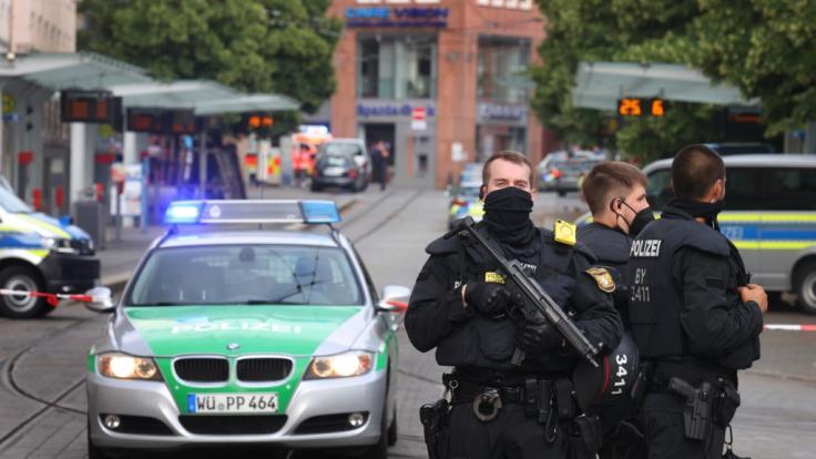 Polizisten stehen in der Innenstadt. Bei einer Messerattacke in der Würzburger Innenstadt sind am Freitag mehrere Menschen getötet worden. (Foto)