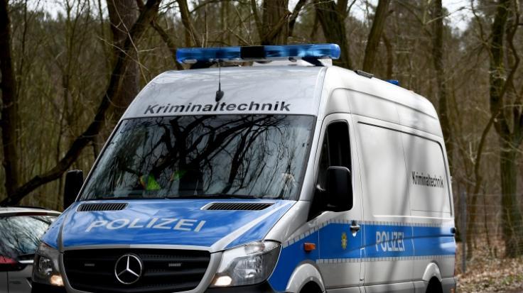 Eine Hundertschaft der Berliner Polizei ist nach Brandenburg ausgerückt, um bei Storkow (Oder-Spree) ein Waldstück nach der vermissten Rebecca aus Berlin abzusuchen.