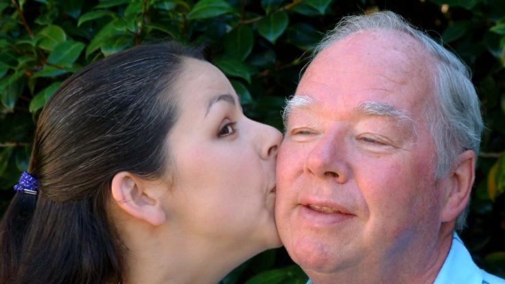 Junge Frau liebt älteren Mann (Foto)