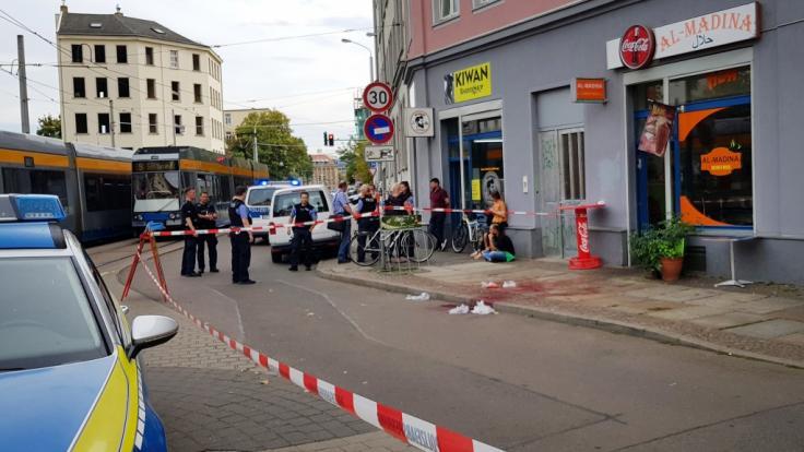 Beamte sperren den Tatort in Leipzig.