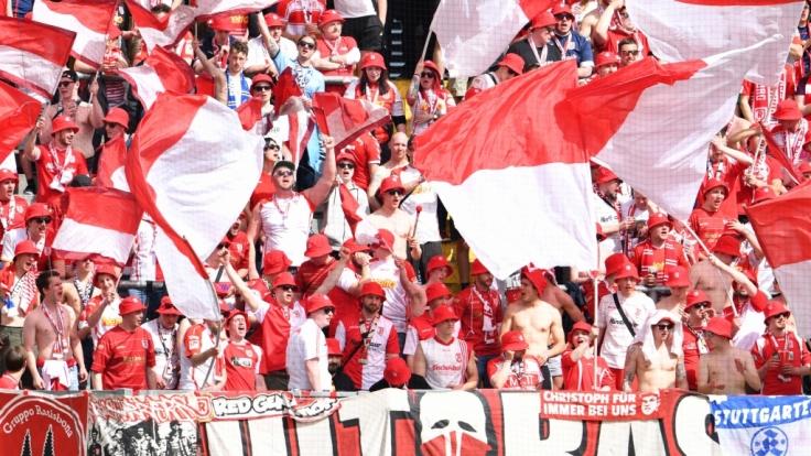 Mit wehenden Fahnen feuern die Fans vom SSV Jahn Regensburg ihren Verein an. (Symbolbild) (Foto)
